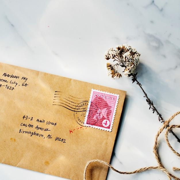 Marbelテーブル上の茶色の封筒の空撮のクローズアップ 無料写真
