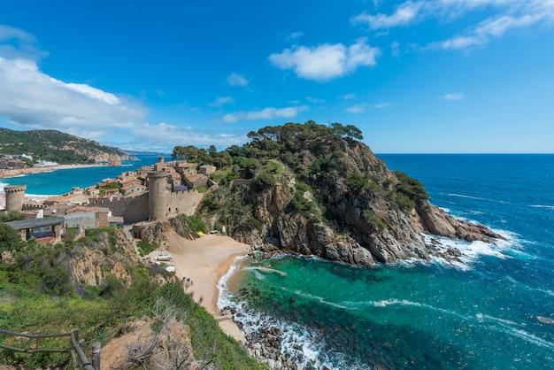 Aerial view of fortress vila vella and badia de tossa bay at summer in tossa de mar on costa brava, catalonia, spain Premium Photo