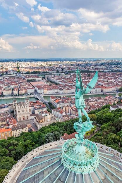 Vista aerea di lione dalla cima di notre dame de fourviere, francia Foto Gratuite