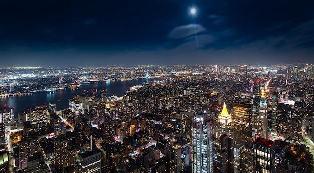 Aerial view of manhattan new york at night Premium Photo