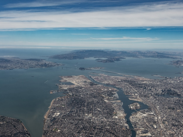 Veduta aerea di oakland e dell'area della baia di san francisco da sud-est Foto Gratuite
