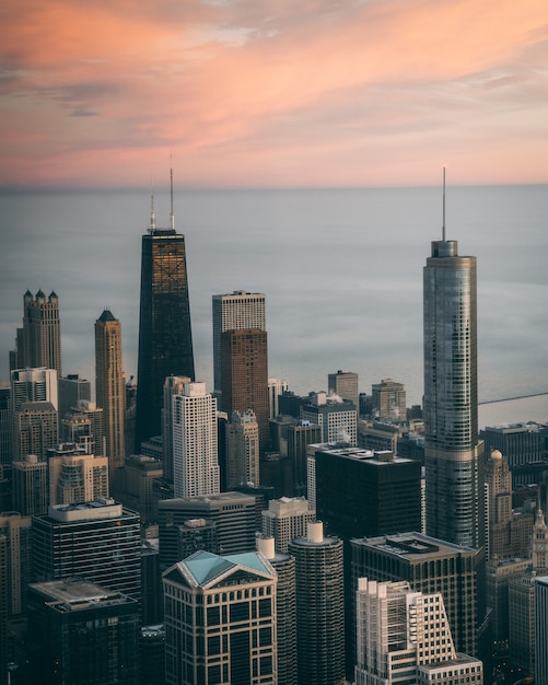 米国シカゴの背の高い高層ビルと街並みの空撮 無料写真