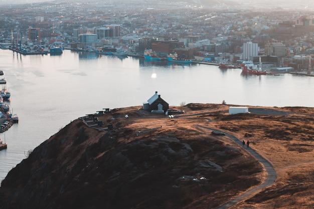 丘の上の家の空撮 無料写真