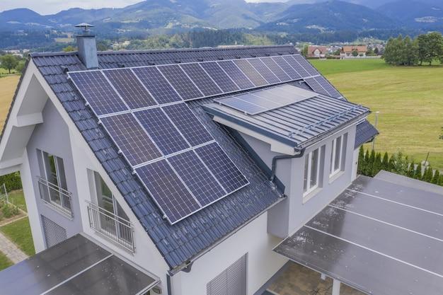 지붕에 태양 전지 패널이있는 개인 주택의 공중보기 무료 사진