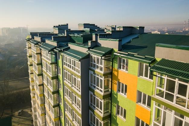 많은 창문과 발코니가있는 고층 주거용 아파트 건물의 조감도. 프리미엄 사진