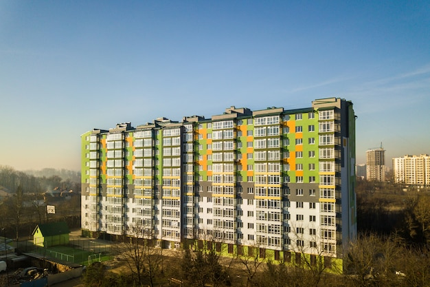 많은 창과 발코니와 키 큰 주거 아파트 건물의 공중 전망. 프리미엄 사진