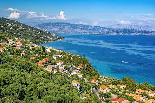 コルフ、ギリシャのバルバティの航空写真 Premium写真