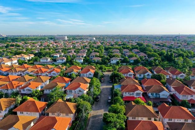 美しい家の村と町の集落の空撮 Premium写真