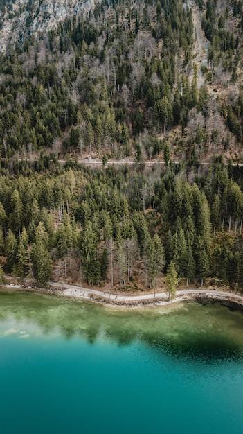 山の前に青い水の湖の空撮 Premium写真