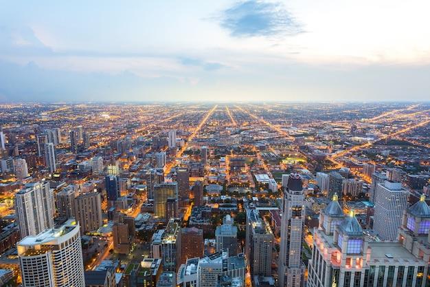 日没時のシカゴのダウンタウンの空撮 Premium写真