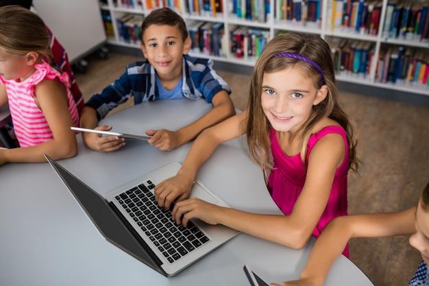 ラップトップおよびタブレットpcを使用して子供の空撮 Premium写真