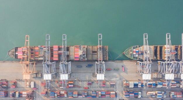 Вид с воздуха на контейнеровоз в порту Premium Фотографии