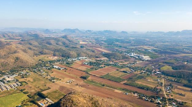 Вид с воздуха на сельскую местность с сообществом в лопбури, таиланд. концепция планирования landuse Premium Фотографии