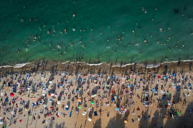 해변에있는 사람들의 군중의 항공보기 무료 사진