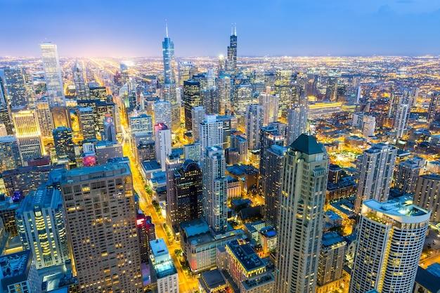 日没時のダウンタウンの塔の空撮 Premium写真