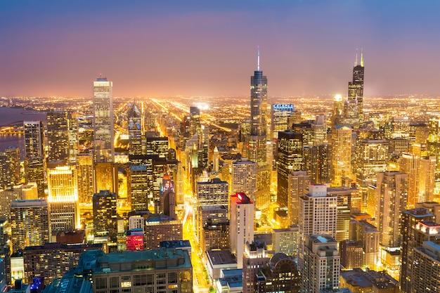 夜のダウンタウンの塔の空撮 Premium写真