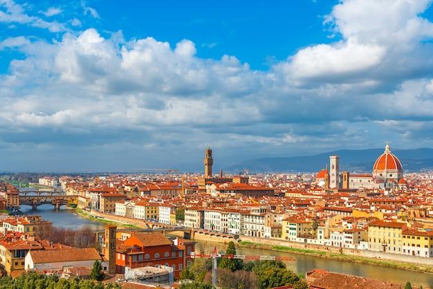 ヴェッキオ橋、アルノ川、フィレンツェドゥオーモ、トスカーナ、イタリアとフィレンツェの空撮 Premium写真