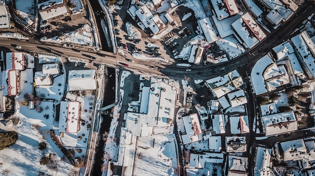 ドイツのテーゲルンゼーの雪で覆われた家の空撮。 Premium写真