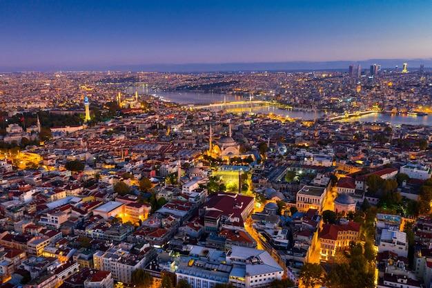 Вид с воздуха на город стамбул на рассвете в турции. Бесплатные Фотографии