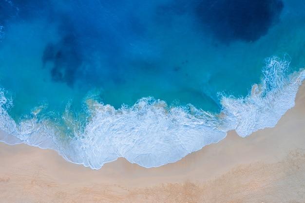 インドネシアのバリ州、ヌサペニダ島のケリンキングビーチの空撮 無料写真
