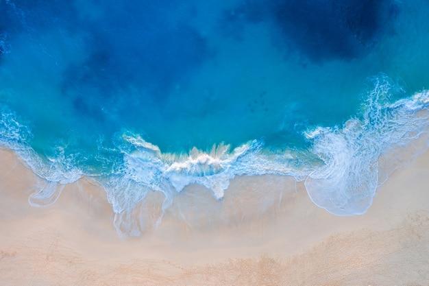 Вид с воздуха на пляж келингкинг на острове нуса пенида, бали в индонезии Бесплатные Фотографии