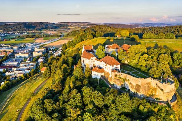 アールガウ、スイスのレンツブルク城の航空写真 Premium写真