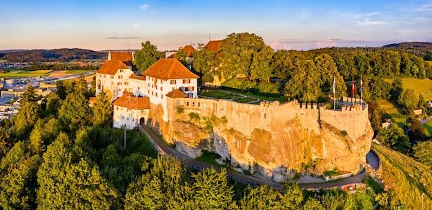 Вид с воздуха на замок ленцбург в ааргау, швейцария Premium Фотографии