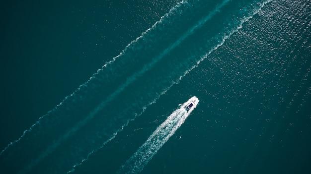 Вид с воздуха на роскошную плавучую лодку на синем адриатическом море. Premium Фотографии