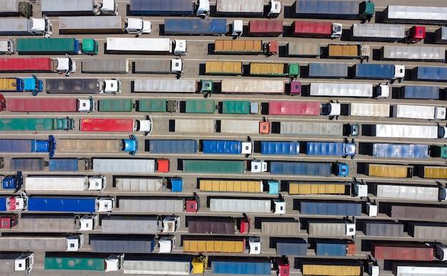 Вид с воздуха на многие грузовики Premium Фотографии