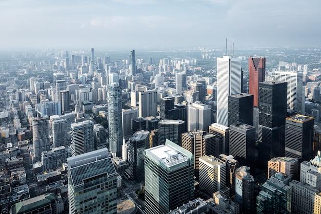 カナダ、オンタリオ州、トロントの金融街にある近代的な高層ビルとオフィスビルの航空写真。 Premium写真