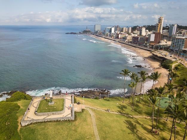 Morro의 공중보기 살바도르 바이아에서 크리스토와 바라 해변을합니다. 프리미엄 사진