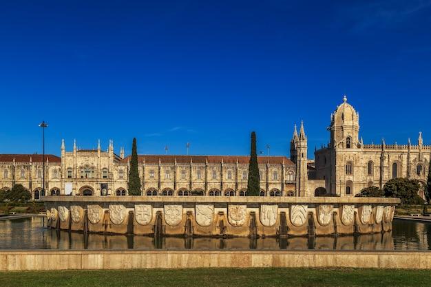 ポルトガル、リスボンのベレン地区にあるモステイロドスジェロニモスの空撮 Premium写真