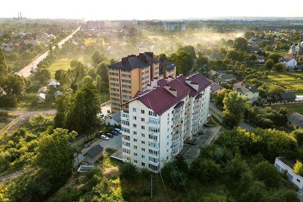녹색 주거 지역에 고층 아파트 건물의 공중 전망. 프리미엄 사진