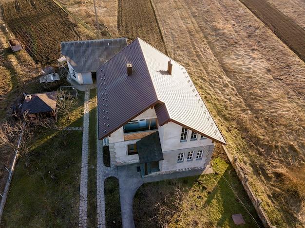 砂利屋根の新しい住宅コテージの空撮。 Premium写真