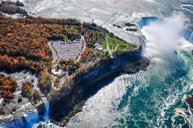 Вид с воздуха на ниагарский водопад осенью Premium Фотографии