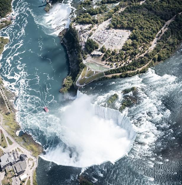 Вид с воздуха на ниагарский водопад летом Premium Фотографии