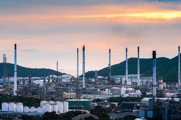石油・ガス産業 - 夕暮れの製油所の航空写真 Premium写真
