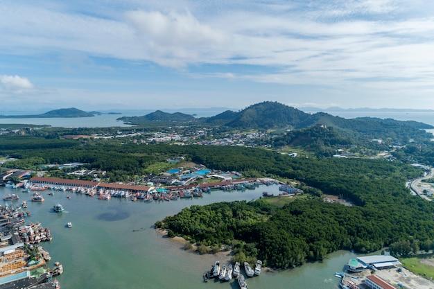 プーケットの空撮フィッシングポートは、タイのプーケット島にある最大の漁港です。 Premium写真
