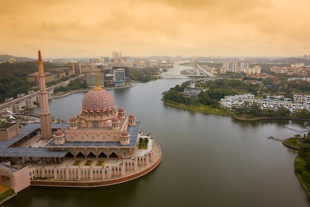 プトラジャヤ市とプトラモスクの空撮 Premium写真