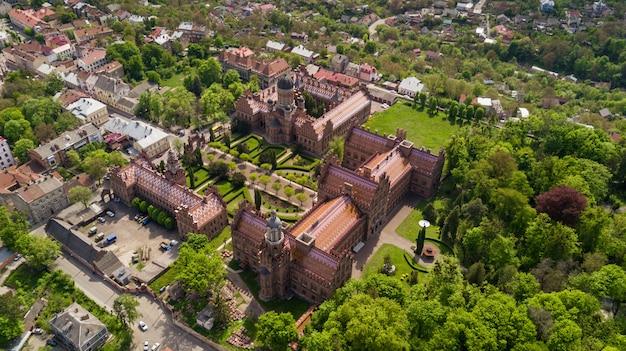 ブコヴィニアンとダルマチアの大都市の住居の空撮。チェルノフツィ国立大学。西ウクライナのチェルノフツィ観光地。 無料写真