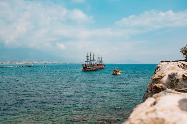 Вид с воздуха на парусник в бухте средиземного моря Бесплатные Фотографии