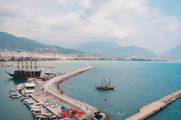Вид с воздуха на парусники в бухте средиземного моря Бесплатные Фотографии