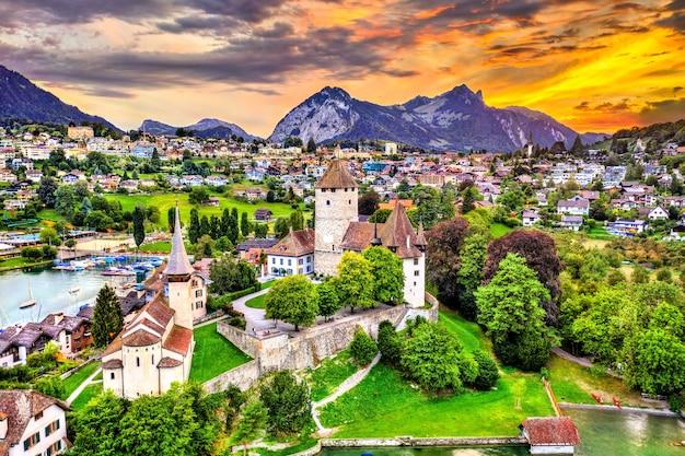 スイス、ベルン州のトゥーン湖にあるシュピーツ城の航空写真 Premium写真