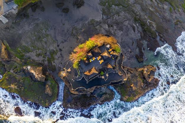 Вид с воздуха на храм танах лот на бали, индонезия Бесплатные Фотографии