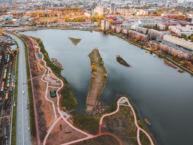 都市と湖の空撮。ロシア、サンクトペテルブルク。 Premium写真
