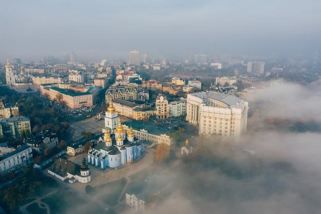 Вид с воздуха на город в тумане Бесплатные Фотографии