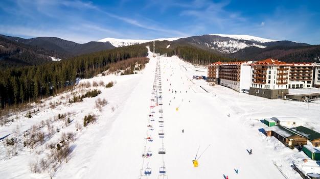 겨울에 산에서 스키 리조트의 공중 전망. 인공 눈을 뿌리는 기계. 프리미엄 사진