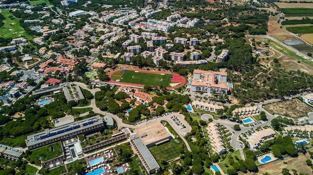 Вид с воздуха на побережье деревни алгарве, португалия. концепция выше пляжа португалии. летние каникулы Бесплатные Фотографии