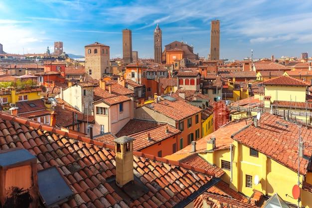 タワーとボローニャ、イタリアの屋根の空撮 Premium写真