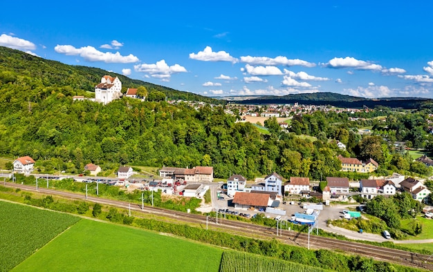 スイス、アールガウのワイルドエッグ城の航空写真 Premium写真